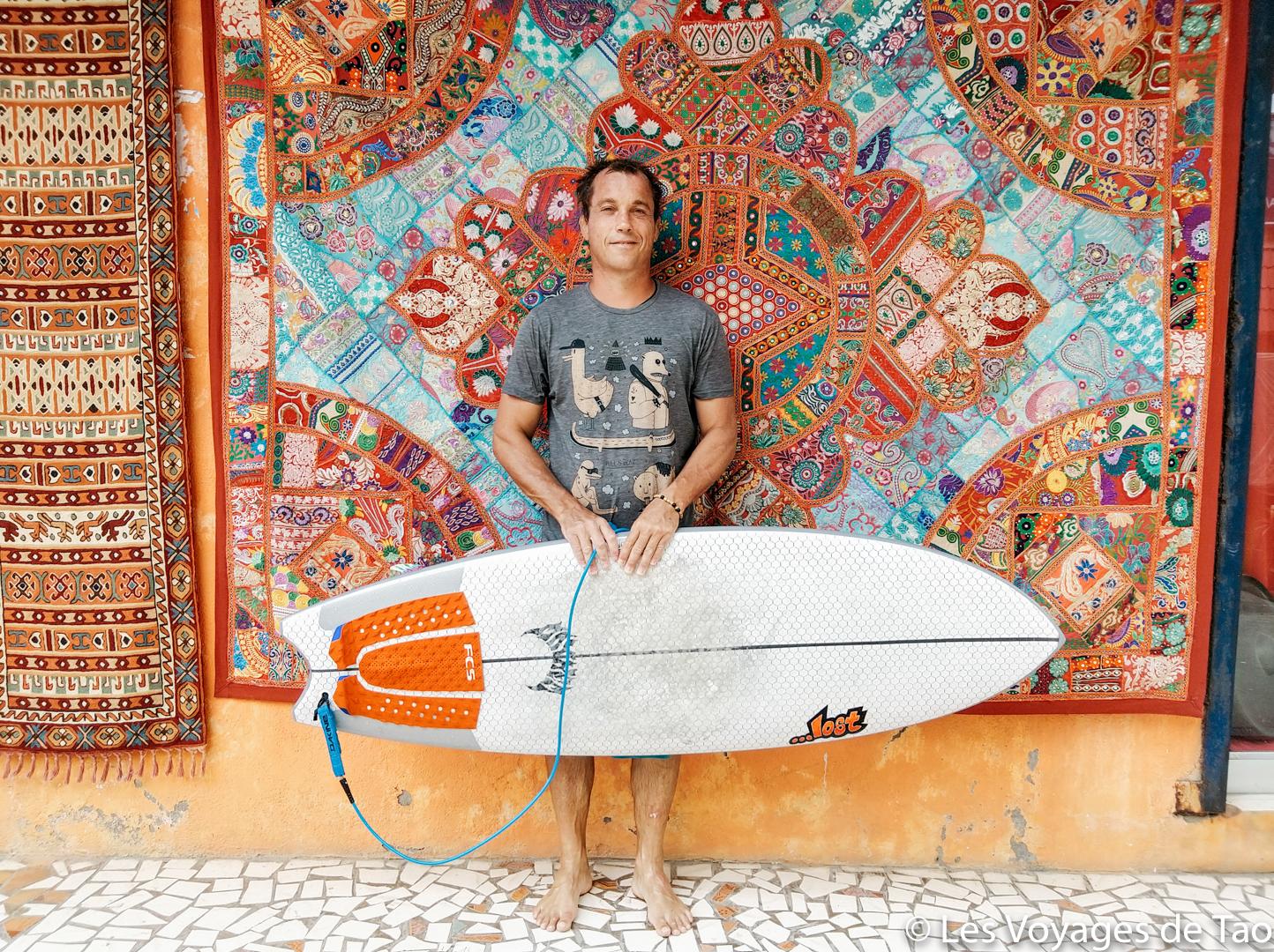 Surfer en Inde