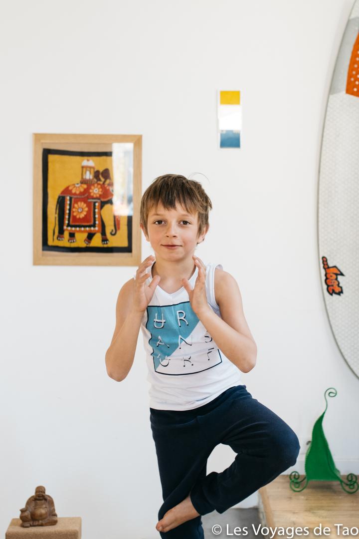 Posture de l'arbre Yoga enfant