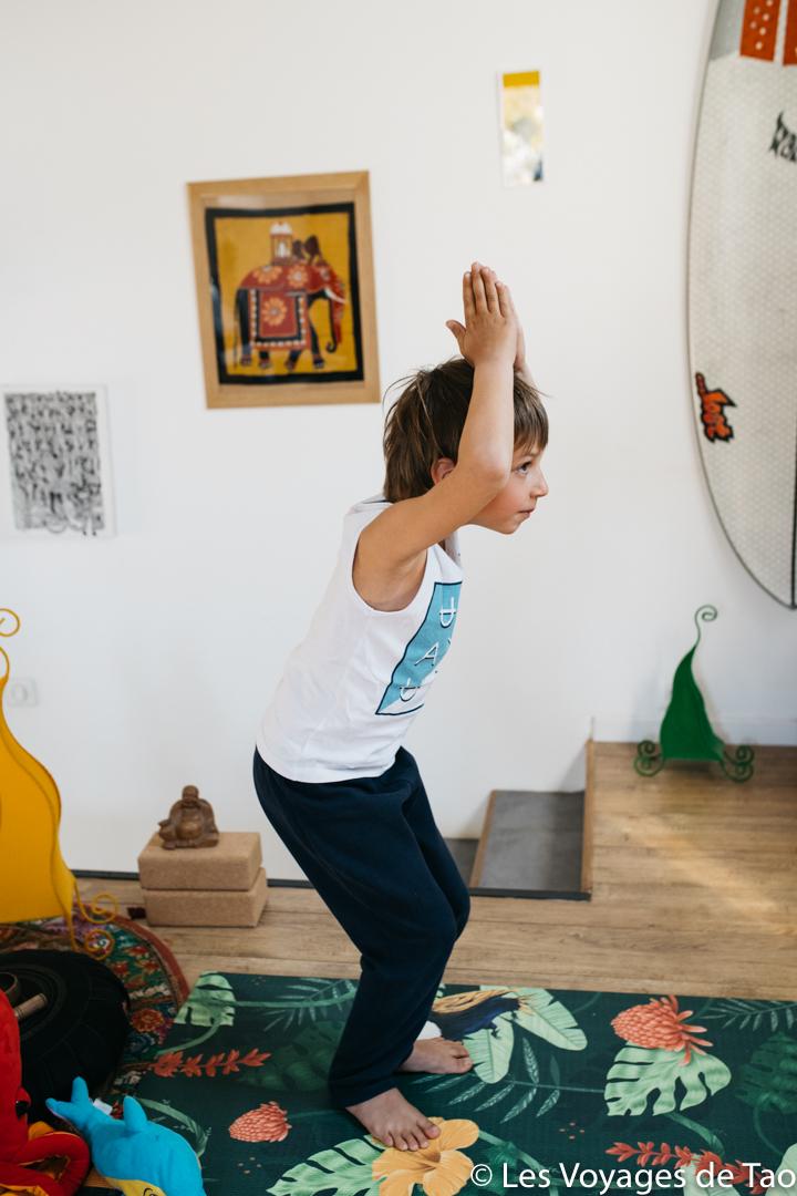 Posture de la chaise Yoga enfant